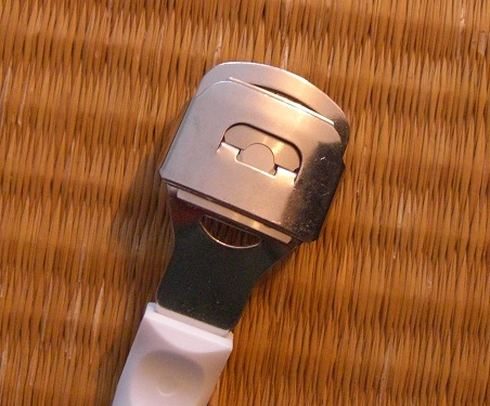 たこうおのめを削るTITANIA(チタニア)のコーンスライサー